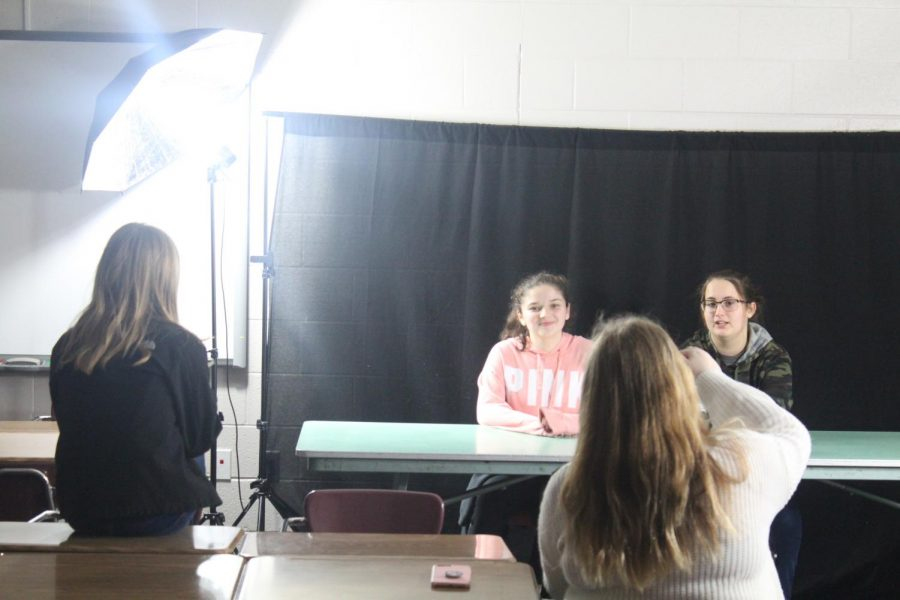 Duncan Middle School's Broadcast Club students provide their pre-Christmas news update.